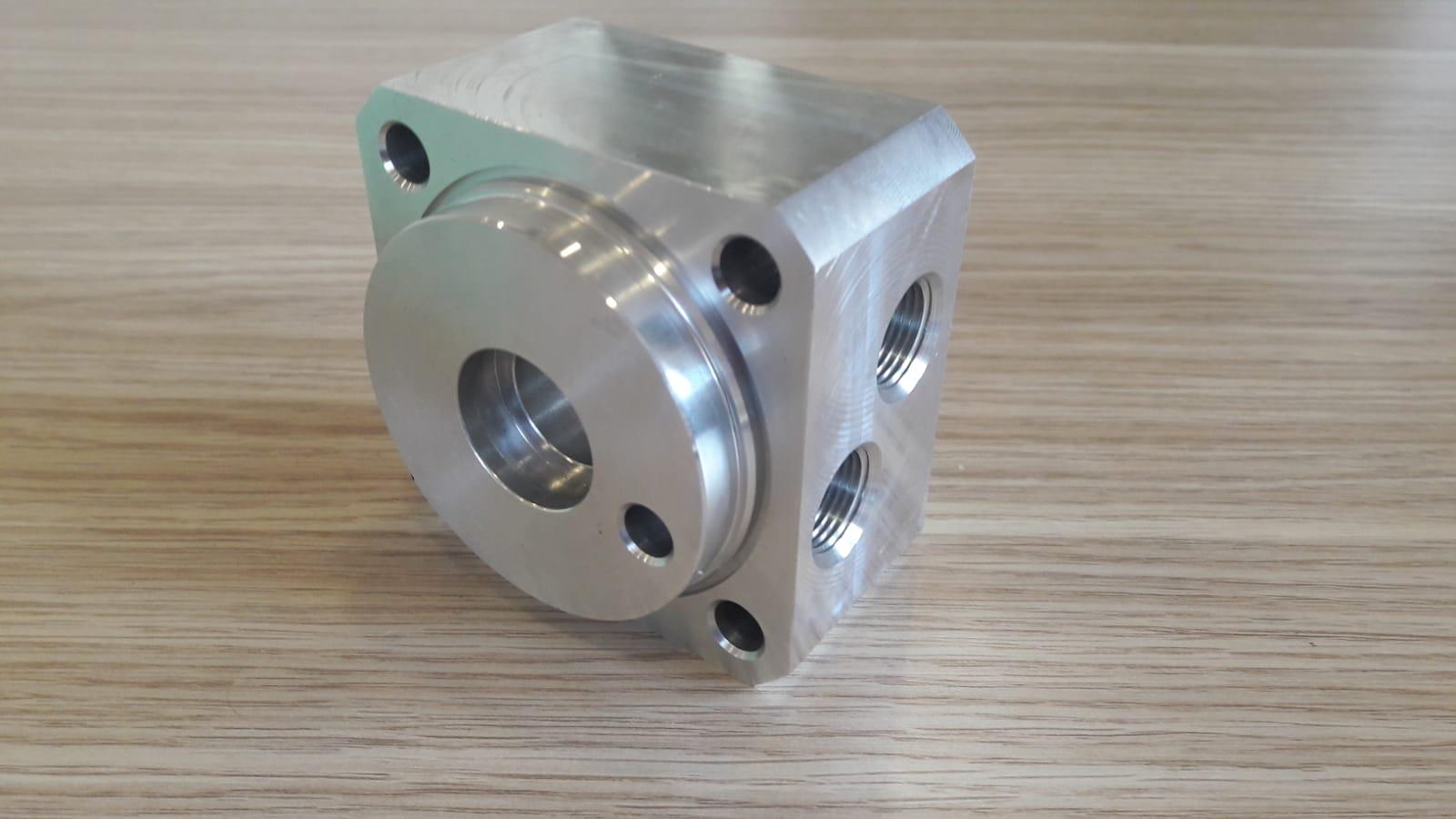 CNC-Drehmaschine und CNC-Bearbeitungskopf-one